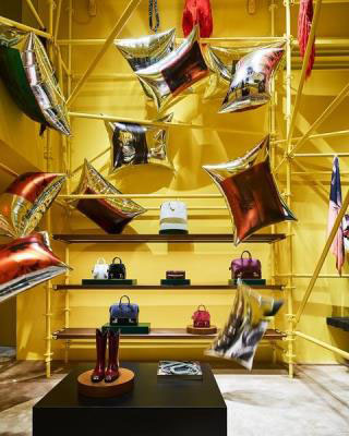 Calvin Klein exibe vitrine inspirada em obra de Andy Warhol em Nova York