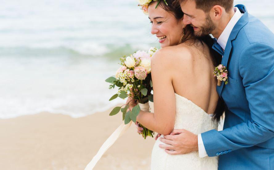 Casamentos na praia ganham serviço de beleza para convidadas