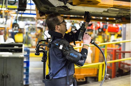 Ford testa novo exoesqueleto para operadores na linha de montagem