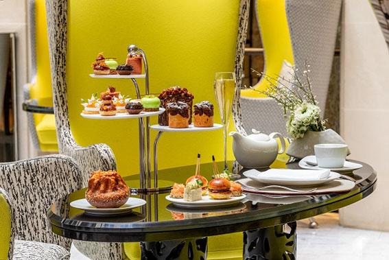 De drinks a chá da tarde, vivencie a sofisticação francesa no Le Burgundy Paris