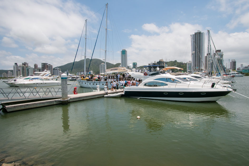 Carnaval atrai navegadores para o litoral de Santa Catarina