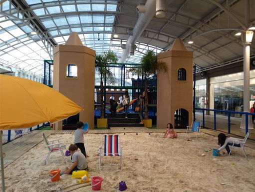 Castelo, areia natural e mar de bolinhas na Praia do Shopping Estação