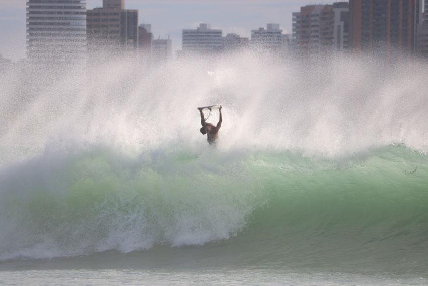 Roberto Bruno em ação nas ondas cearenses. Atleta local é um dos grandes nomes da etapa que encerra o Circuito Brasileiro de Bodyboarding - Créditos: Luiz Carlos Viana