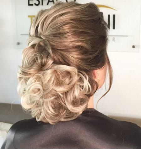 Hairstylist aponta as tendências de penteados para noivas na primavera-verão